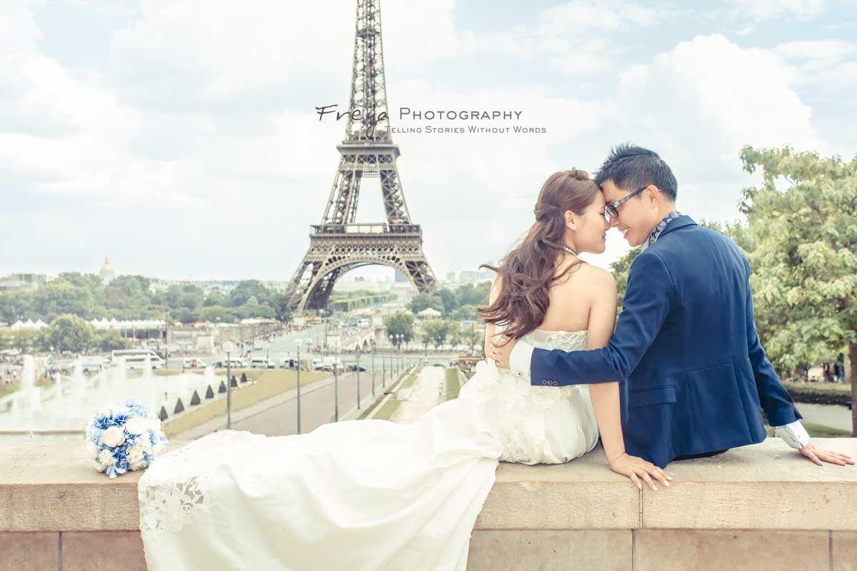 paris pre-wedding photos facing eiffel tower